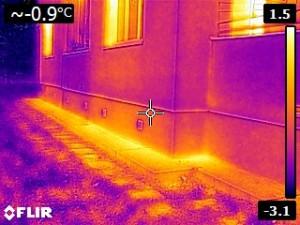 Únik tepla pod zateplením na päte domu