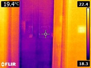 Správne osadené balkónové dvere - tesnosť medzi okenným rámom a stenou